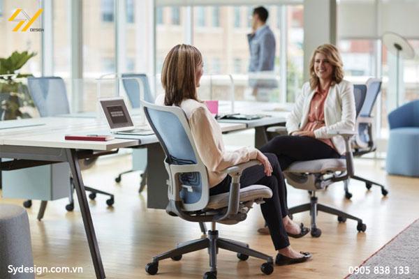 Thiết kế ghế xoay văn phòng dạng lưới màu xanh, dễ dàng giao tiếp nói chuyện công việc