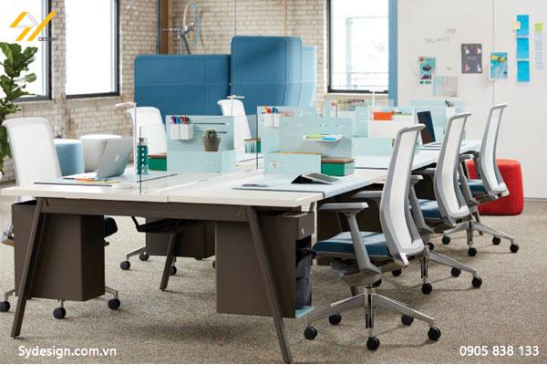 Bàn làm việc nhóm thiết kế vách kính trắng thấp ngăn chỗ ngồi, tạo cảm giác riêng nhưng vẫn trao đổi công việc nhanh